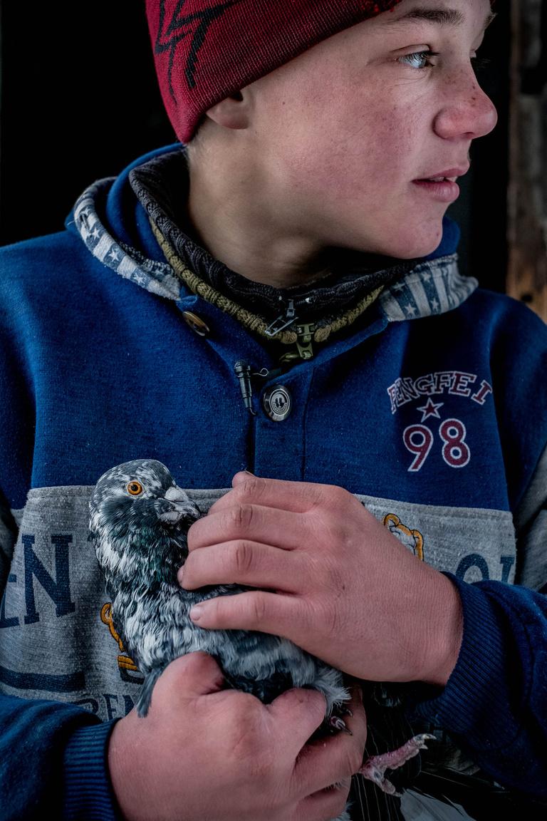 Sok gyerek és civil azonban nem a harcokban, hanem a harcok után mindenütt otthagyott robbanószerektől sérül meg vagy veszíti életét. A 14 éves Alekszej három ujját veszítette el, miután egy talált gránát felrobbant a kezében.