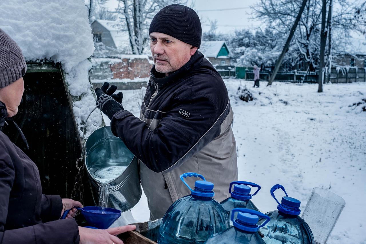 A 20 ezer fős Avgyijivka település a szakadárok és az ukrán állam által ellenőrzött területek határán van. A gránátok mindennaposak, a csapvíz vegyszerezett és ihatatlan, a helyeik kénytelenek órákig állni a kutaknák, hogy vízhez juthassanak.