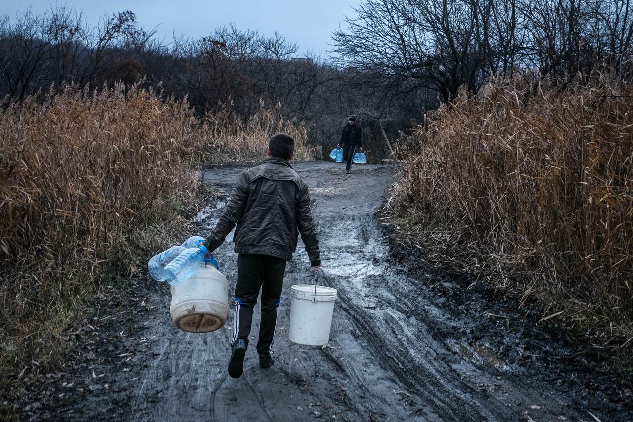 A legnagyobb problémát az alapvető szociális szolgáltatások – elsősorban az ivóvíz és az áram - akadozó biztosítása jelenti. Tavaly februárban például 1,8 millió ember fűtésrendszere került veszélybe az elektromos vezetékeket ért sérülések miatt.
