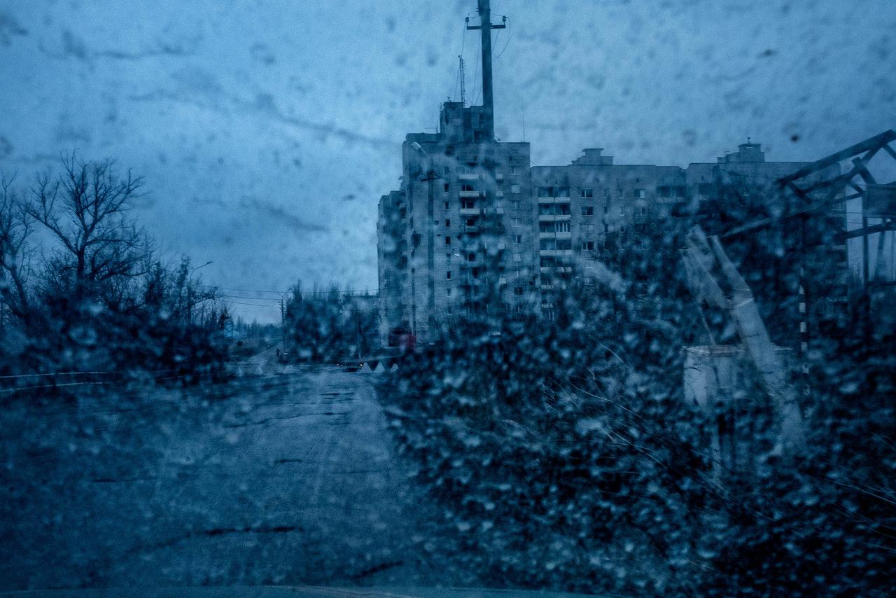 Egy szétbombázott lakossági ház a harcoktól sújtott Avgyijivka városban.