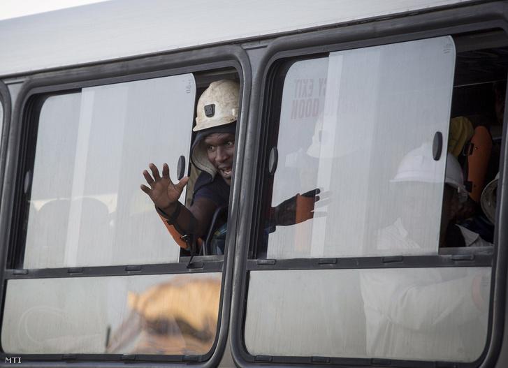 A Sibanye Gold bánya kimenekített bányászai egy buszon a dél-afrikai Welkomban 2018. február 2-án.