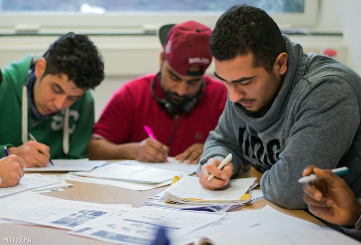 Német nyelvet tanuló bevándorlók az Ute Bock Egyesület egyik oktatótermében, Bécsben 2016. február 23-án.