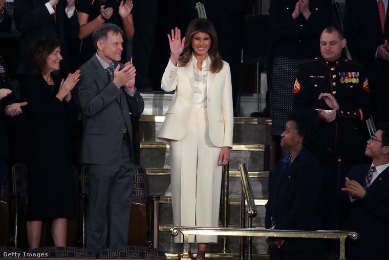 És hogy miért született ez az összeállítás? Legfőképpen azért, mert a nemzetközi sajtóban most azt találgatják, vajon mit üzen Melania Trump fehér Christian Dior nadrágkosztümjével? Hiszen a Demokrata Párt női képviselői mind ilyenben voltak, amikor Donald Trump elmondta első elnöki beszédét a Kongresszusban tavaly