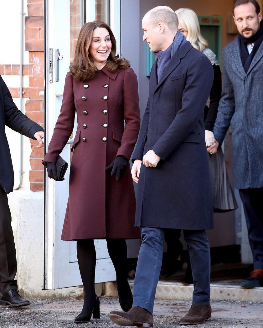 Ebben a stílusos kabátban egyáltalán nem is látszott, hogy már hat hónapos terhes.