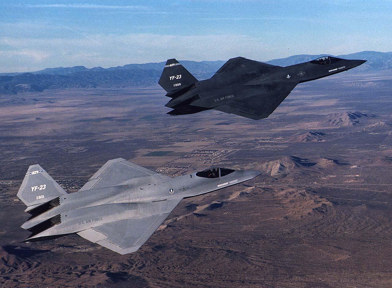 """A Northrop / McDonnell Douglas YF-23 1990-ben repült először. A prototípusból összesen két darab készült, ha Northrop nyer a légierő által kiírt fejlesztési versenyben, akkor az F-22 raptorok helyett F-23-asok szolgálnának most az amerikai légierőben. Az YF-23 gyorsabb és jobb lopakodó tulajdonságokkal bírt, mint vetélytársa, az YF-22, de nem volt olyan """"ügyes"""", így végül alulmaradt."""