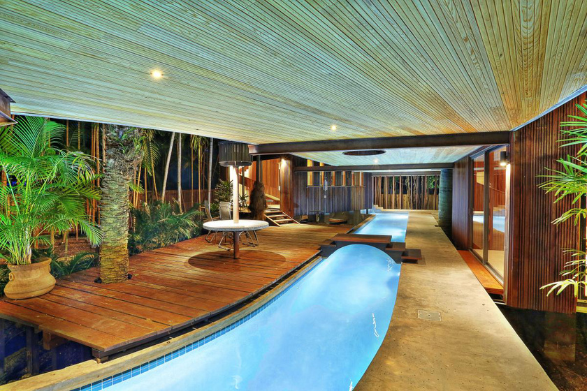 A kristálytiszta folyómedence hosszan nyújtózik el a házban, és a víz lassan mozog helyiségről helyiségre.