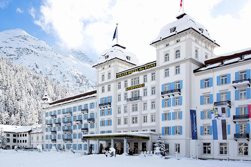 A Kempinski Grand Hotel des Bains vendégei a svájci St. Moritz sípályáira indulhatnak közvetlenül szállásukról, ahol többek között kaszinó, személyi asszisztencia, dohányzószalon, könyvtár és squash áll a rendelkezésükre a hagyományos spa-kínálaton felül.