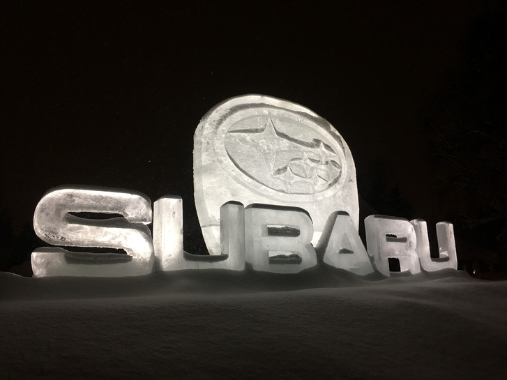 Naná, hogy jégszoborba manifesztálták a Subaru-logót, ezen a környéken az ilyesmi a tél közepén nem egy gyorsan múló dolog