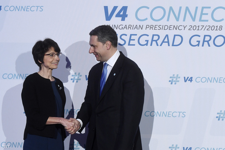 Marianne Thyssen foglalkoztatásért, szociális ügyekért, munkavállalói készségekért és mobilitásért felelős belga uniós biztost (b) fogadja Lázár János, a Miniszterelnökséget vezető miniszter a visegrádi országok valamint Bulgária, Horvátország, Románia és Szlovénia (V4+4) kohézióért felelős miniszterei informális találkozóján a Várkert Bazárban 2018. február 2-án.