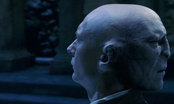 Mógus professzor, a tarkóján Voldermort nagyúrral a Harry Potterben