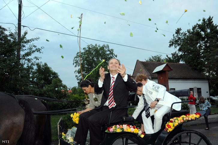 Molnár Róbert polgármester rózsaszirmokat szór Kübekházán az Operettfalu gálán 2011-ben