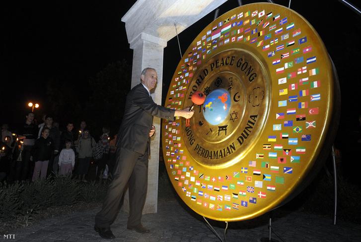 Gémesi György polgármester megszólaltatja az első európai Világbéke Gongot Gödöllőn a Városháza előtt 2009-ben