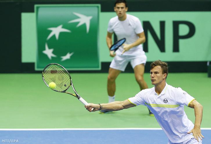 Fucsovics Márton (elöl) és Balázs Attila játszik a belga Ruben Bemelmans és Joris De Loore ellen a Belgium Magyarország tenisz Davis Kupa világcsoportjában játszott nyolcaddöntõ páros mérkõzésen Liege-ben 2018. február 3-án.