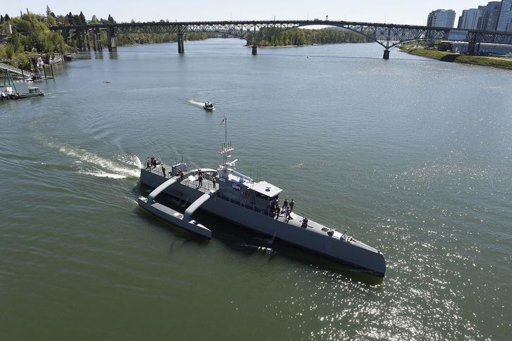 Matrózok a Sea Hunter fedélzetén, a hajó névadó ünnepségén, 2016-ban.