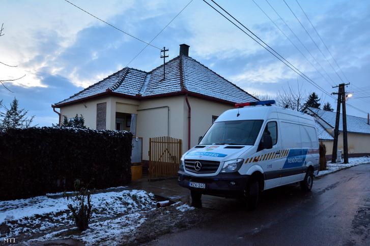 Rendőrautó áll egy ház előtt 2018. február 3-án Foktőn ahol holtan találtak egy idős asszonyt.