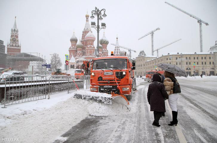 Hóeke tisztítja az utat a sűrű hóesésben Moszkva belvárosában 2018. február 4-én. Példátlan mennyiségű hó hullott a hétvége során az orosz fővárosban, ami komoly közlekedési fennakadásokat és halálos balesetet okozott. A moszkvai repülőtereken szombaton 100, vasárnap pedig 85 járatot tartottak vissza vagy töröltek. A vonatok is késnek és fővárosi metró egyik vonalának felszíni szakaszán le kellett állítani a közlekedést, mert fa dőlt a pályára.