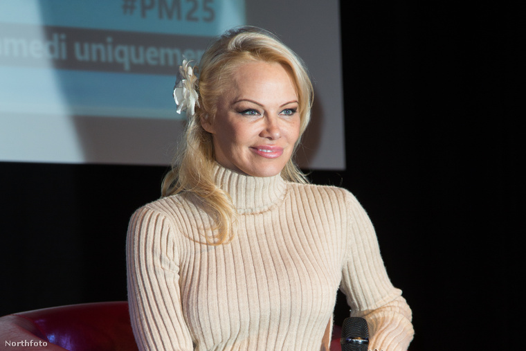 A színésznőről ezek a képek egyébként egy párizsi Manga és Sci-Fi Show-n készültek...