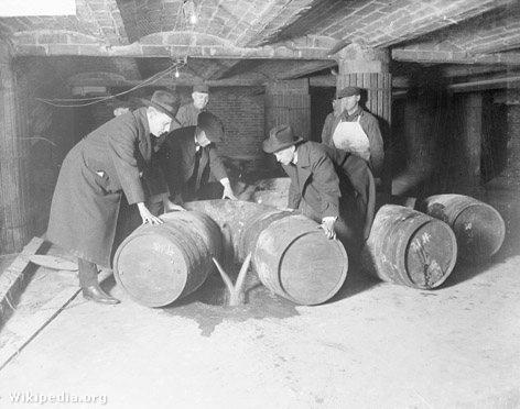 A szesztilalom egyik ismert jelenete: az elkobzott sört a csatornába öntik.