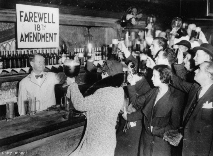 New York, 1933. A 18. alkotmánymódosítás és ezzel együtt a szesztilalom eltörlését természetesen koccintással ünnepelték az emberek.