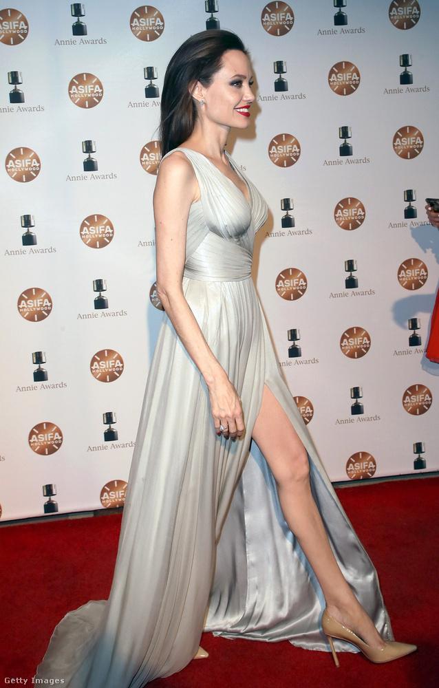Ez az Annie Awards nevű esemény volt, és ez ráadásul nem is ütközött direktben a futballozással, mert még szombaton tartották, Angelina Jolie viszont ugyanúgy villogtatta a combját, mint fénykorában.