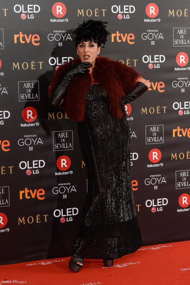 Ugyanitt jelen volt Rossy de Palma is, akit Pedro Almodóvar korai filmjeiből lehet ismerni, és aki különleges arcvonásainak és egyedi stílusának köszönhetően dívává és a nemszép nők ikonjává vált.