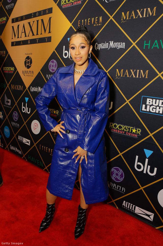 Ugyanitt kékeslila szatírnak öltözött az év rappernője, Cardi B.