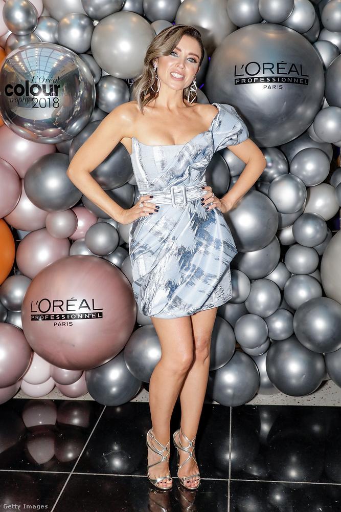 A második leghíresebb Minogue-testvér 46 éves, és erre az eseményre talált magának egy fantasztikusan jó kis koktélruhát, ami ugyan nem egy divatforradalom, de szexi, vidám, nőies, kacér, viszont nem ízléstelen