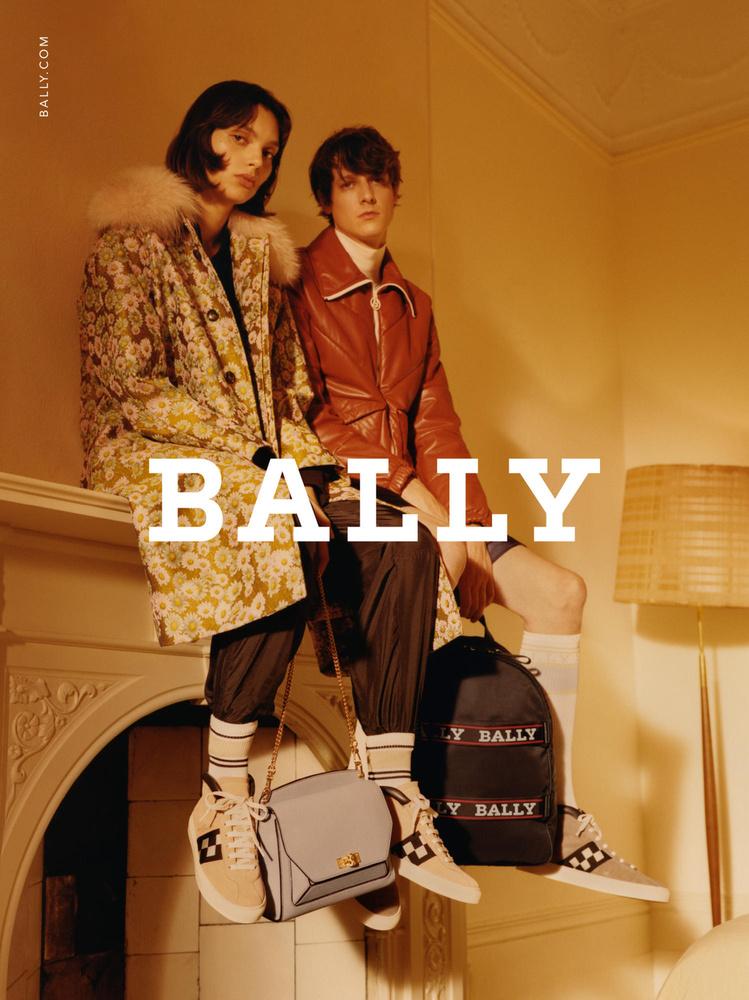 Kandallón ücsörgő modellek a Ballynál