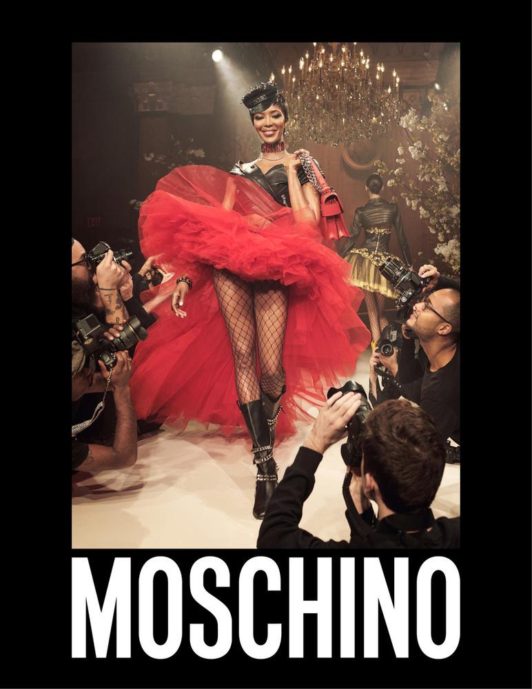 A veterán szupermodell a Moschino kifutós hirdetésében is szerepel.