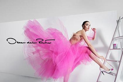 Rózsaszín tütüben létrának támaszkodó modell az Oscar de la Rentánál.