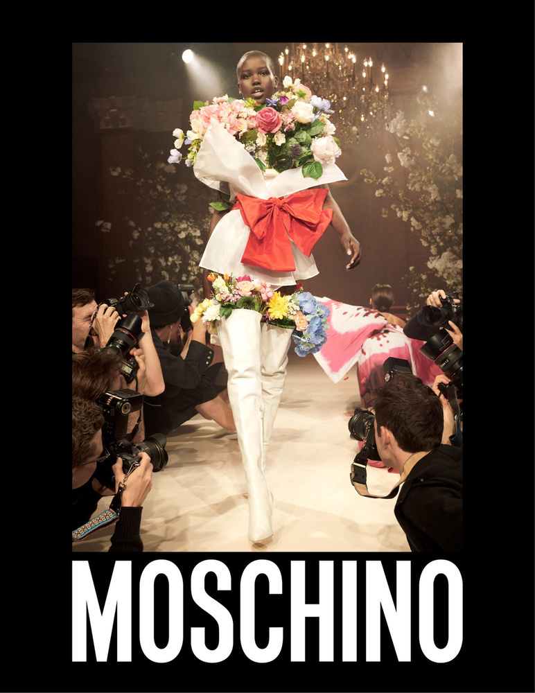 A híres virágcsokor ruha is bekerült a Moschino 2018-as tavaszi-nyári hirdetésébe.