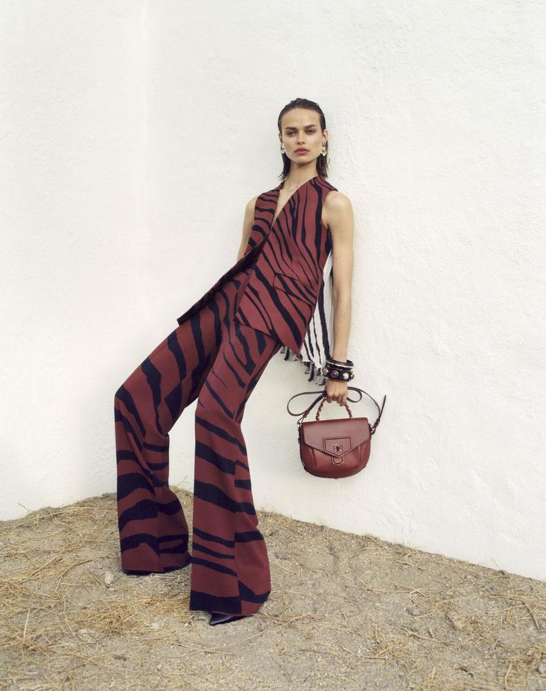 Falnak támaszkodó modell a Roberto Cavallinál.