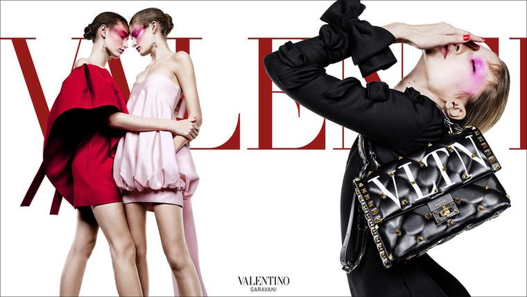Egymást ölelgető modellek és zavarbaejtően pózoló Gigi Hadid a Valentino hirdetésén.