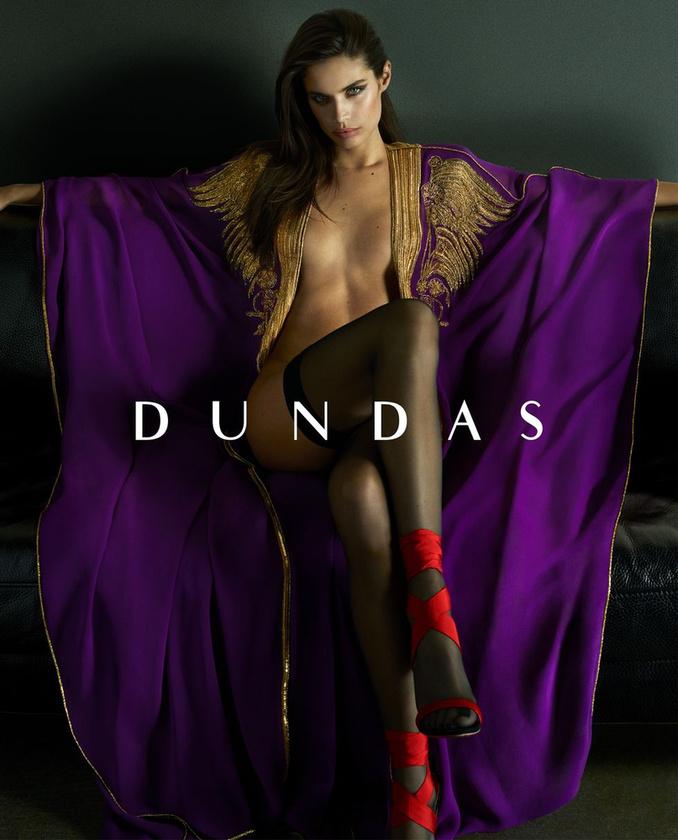 A félmeztelen Sara Sampaioval erősít a Dundas.