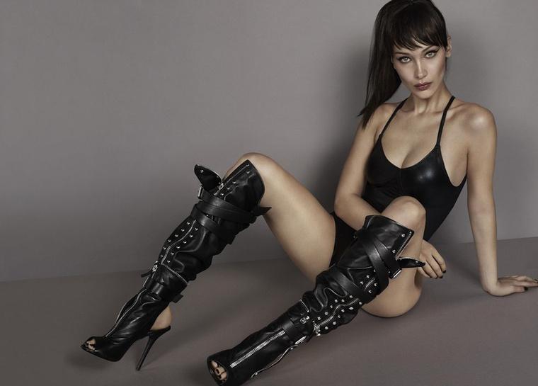 Bella Hadid dominaként, fekete fürdőruhában és csatos csizmában látható a Giuseppe Zanotti reklámban.