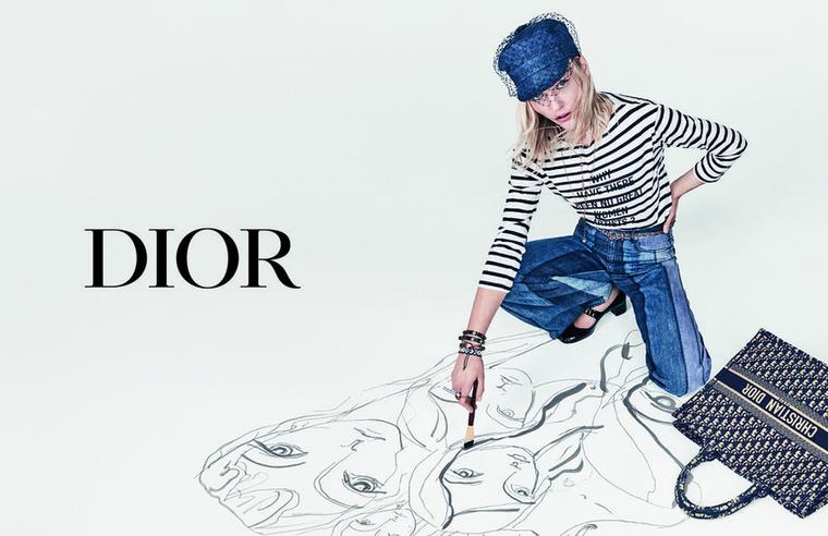 Egyszerű farmert is tengerészcsíkos felsőt reklámoz a Dior.