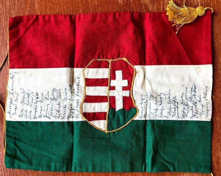 A fotókat készítő Hofmeyr attasénak a hálás magyarok a karácsonyi repülőúton valahol Európa és Dél-Afrika között a levegőben egy piros-fehér-zöld zászlót ajándékoztak. A zászló, rajta mindannyiuk aláírásával, ma is megvan.