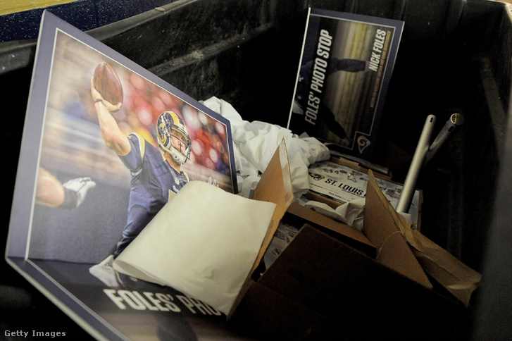 A Rams-kitérő vége, Foles plakátja a szemétben