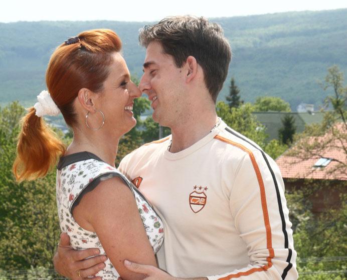 Keleti Andrea és Kovács Zoltán házasságának a tíz év korkülönbség miatt nem jósoltak nagy jövőt. A házaspár azonban 21 éve tökéletes harmóniában él. Mindkettejüknek első a család, a problémák megoldásában pedig segít a humorérzékük.