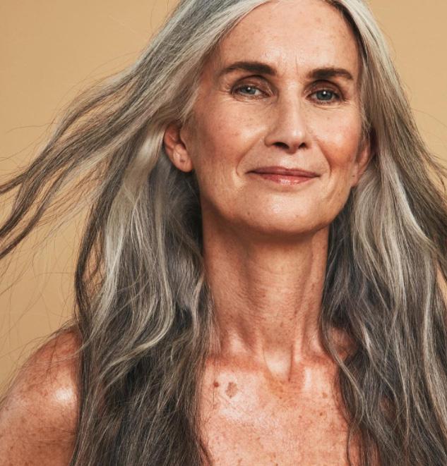 Az 58 éves Nicola Griffin smink nélkül is ragyogóan fest a képeken: csak úgy sugárzik belőle a nőiesség. Bizonyítja, hogy az ősz haj és a ráncok is szépek.