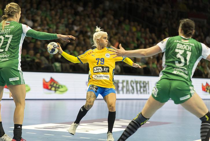 A dán Kristina Kristiansen (k), valamint a győri Cornelia Groot (b) és Yvette Broch a női kézilabda Bajnokok Ligája középdöntő második fordulójában játszott Győri Audi ETO KC - Nyköbing FH mérkőzésén