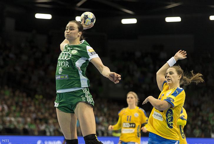 A győri Yvette Broch (b) és a dán csapatban játszó Emelie Westberg