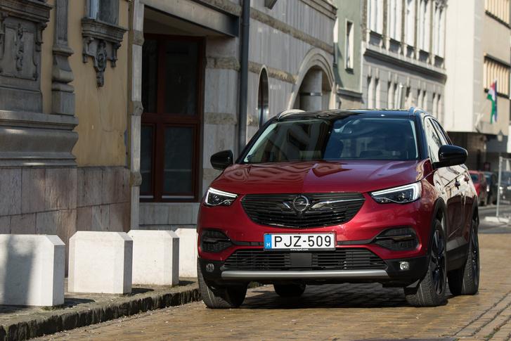 Ugyanazt az arcot műtötték rá, mint az összes mostani Opelre, lásd még Crossland X, Mokka X, Insignia
