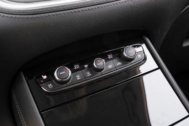 Valódi klímapanel, tudják az Opelnél, hogy jobb elkerülni a menürendszert, és máris kevésbé fáj a PSA-rokonság