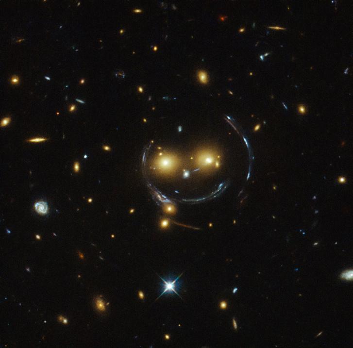 Így néz ki egy szupernehéz égi objektum lencsehatása