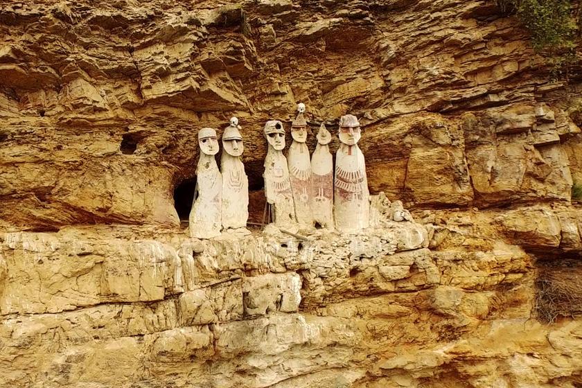 Bár több helyütt is találni hasonló szarkofágokat, a leghíresebb a hegyoldalban sorakozó hat, egykoron hét figura, melyek közül az egyik egy 1928-as földrengés következtében ledőlt.