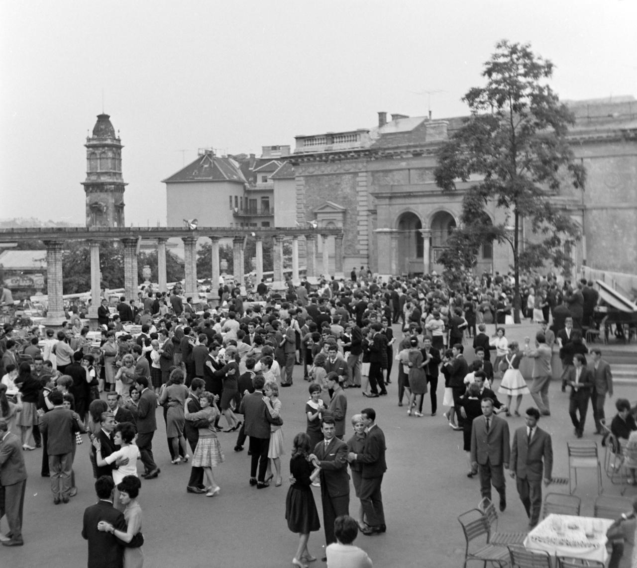 1962-től a Bergendy lett az Ifipark rezidens zenekara, ami  egyrészt rendszeres fizetést jelentett az együttes tagjainak, másrészt pedig ők dönthettek arról, kik léphetnek fel a Parkban.