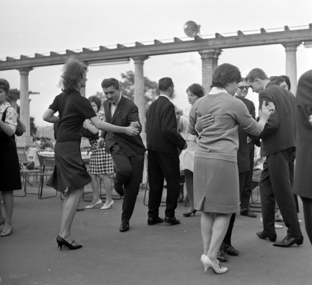 """""""A környezet, az ide csillámló Duna, a szolid társaság, a Nebuló zenekar kitűnő játéka mágnesként vonzotta ide a szórakozni vágyókat"""" – cikkezett a BIP-ről a sajtó a nyitás után."""
