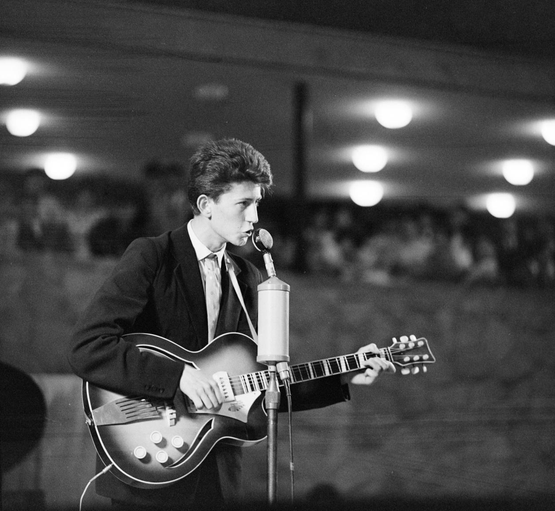 """""""Rock and roll, twist, blues vagy country – nemhogy az Ifjúsági Parkban, de a hatvanas évek elején a hivatalos könnyűzenei életben sem kerülhetett szóba. A Parkba járó közönség nagy része azt se tudta, eszik-e vagy isszák a rockzenét. Legfeljebb néhány száz, kiváltságos jampec akadt Budapesten, aki ismerte a twistkirályokat"""" – írta Sebők János a Rock a vasfüggöny mögött vonatkozó fejezetében."""