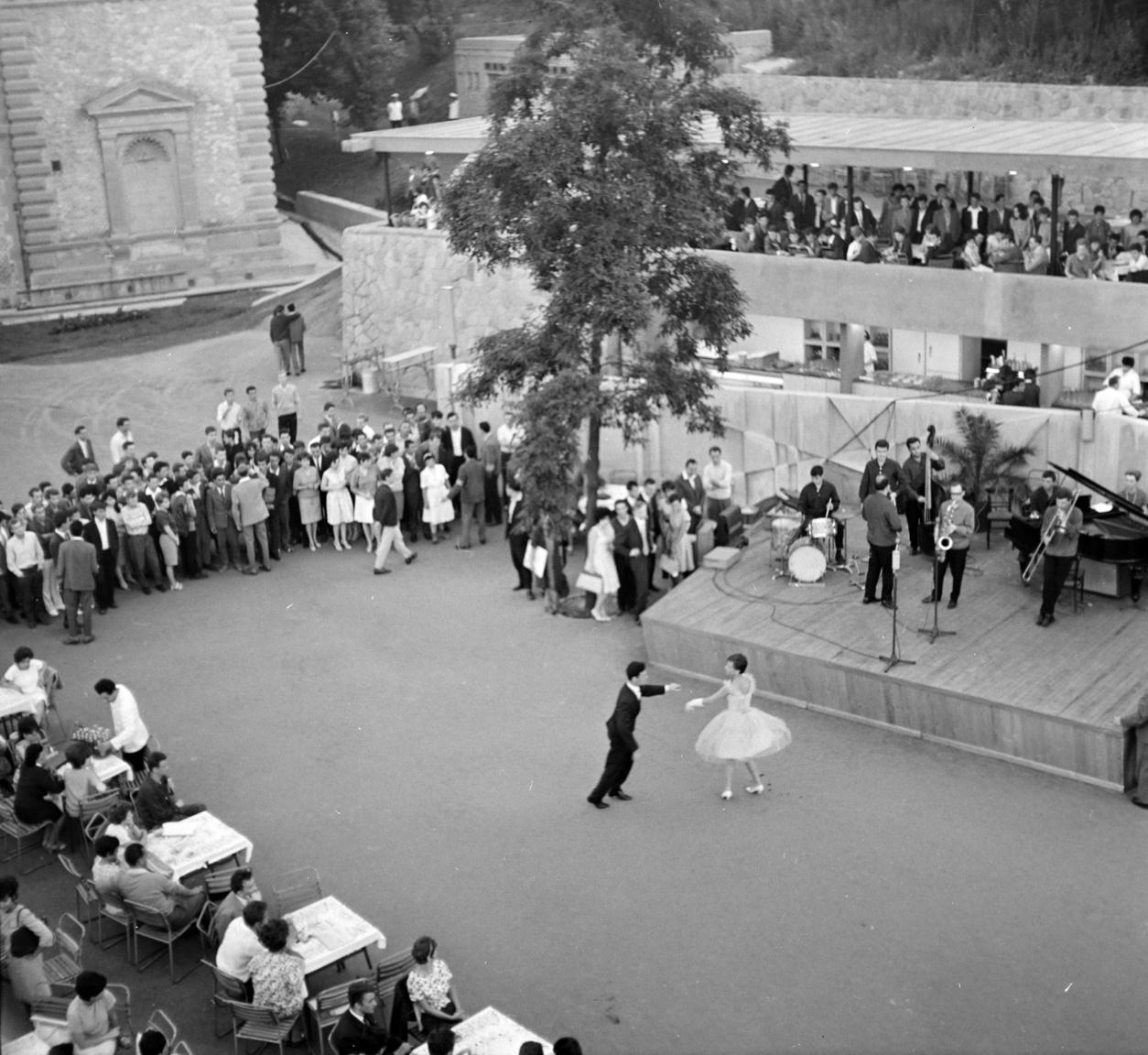 A megnyitás után sem csökkent az Ifipark utáni érdeklődés, a csütörtöki, szombati és vasárnapi bulik rendszeresen teltházasok voltak. Az első hónap alatt, tehát a szeptemberi zárásig, csaknem 25 ezren szórakoztak itt.
